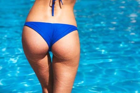 파란색 비키니에 섹시 한 여자의 엉덩이보기 스톡 콘텐츠
