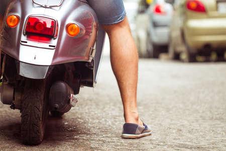 Scooter tour. image du jeune homme Vue arrière recadrée équitation scooter le long de la rue Banque d'images - 47516096
