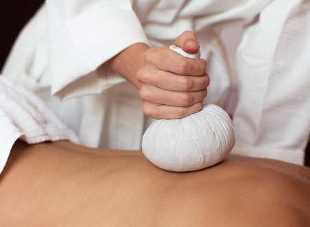 Massage. Jonge mooie vrouw in spa omgeving Stockfoto