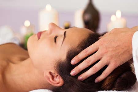 massage: Jolie femme de d�tente dans le traitement de beaut�. Massage du visage. Spa, Resort, la beaut� et le concept de la sant�