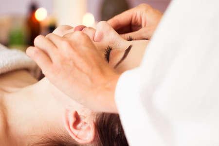 aseo: Relajado mujer con una máscara de limpieza profunda cara nutritiva aplicada a la cara. tratamiento de spa