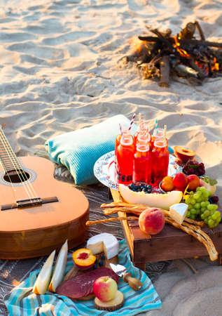 Picknick op het strand bij zonsondergang in de stijl van boho Stockfoto - 49244526