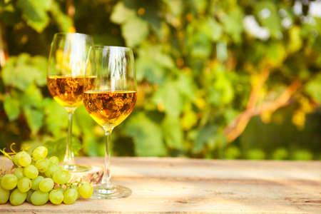 白ブドウとブドウの白ワインを 2 杯 写真素材