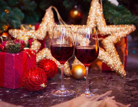Twee glazen rode wijn op een achtergrond van de kerstboom, Xmas boom versierd Stockfoto - 61425958