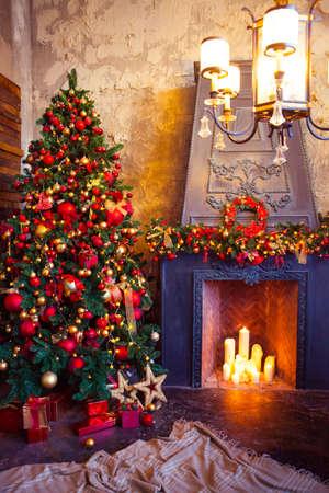 Christmas Room Interior Design, Xmas Tree Versierd Door Lights Presents Gifts Toys, Candles And Garland Lighting Indoors Fireplace Stockfoto - 61425964