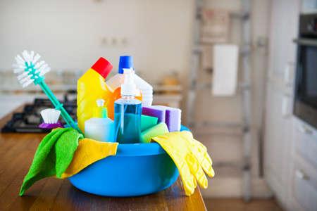 Mand met het schoonmaken items op onscherpe achtergrond witte citchen. Het schoonmaken concept. Set met een kopie ruimte. Stockfoto - 72007016