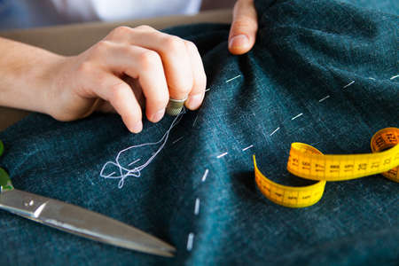 Tailor man aan het werk in zijn kleermaker, Tailoring, close-up