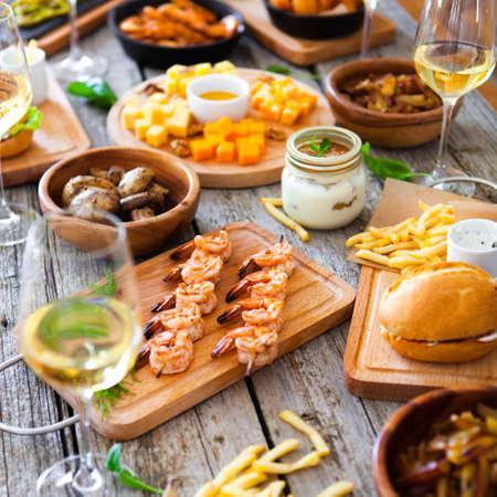 食べ物や飲み物ワイン、素朴な木製のテーブルで食べるダイニング コンセプトを楽しんでとテーブル