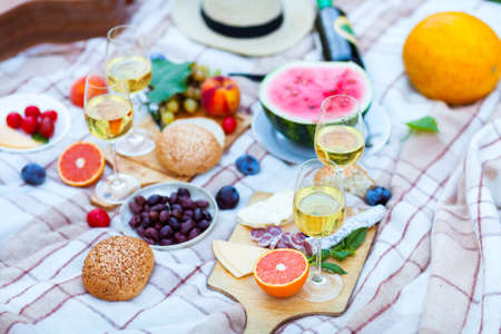 Summer Picnic Basket on the Green Grass. Food and drink concept. Friends Party time Standard-Bild