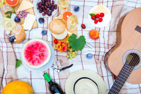 Summer Picnic Basket on the Green Grass. Food and drink concept. Friends Party time Reklamní fotografie