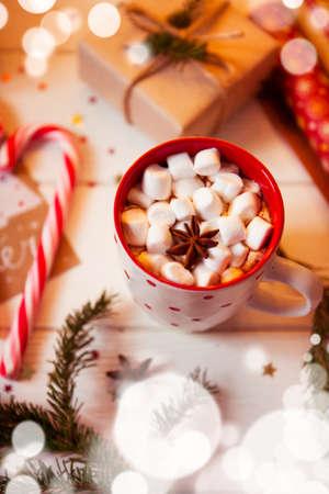 Kopje warme chocoladedrank met Marshmallows en kaneel op houten achtergrond met kerstversiering. Wintertijd. Vakantieconcept, Selectieve nadruk Stockfoto - 90253202
