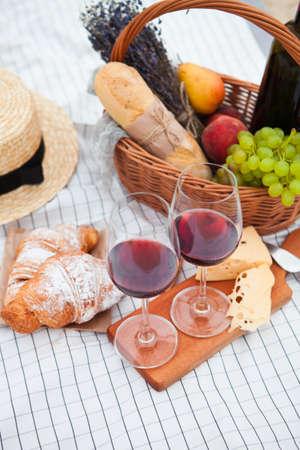 在海滩的夏天野餐在白色格子花呢披肩,食物和饮料构想的日落。