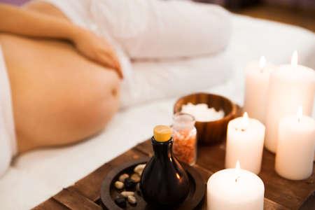 Jeune femme enceinte se détendre au salon Spa, traitement Spa. Ð¡ concept de beauté et de santé Banque d'images - 95603657