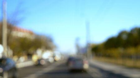 niewyraźne tło. Samochody jeżdżą autostradą na obwodnicy miasta w pogodny letni dzień. miejsce na kopię. niebieskie niebo