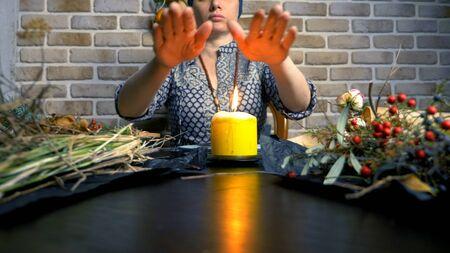 magie rituelle païenne. une potion d'herbes. la femme est une sorcière préparant des herbes Banque d'images