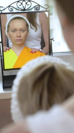 vertically. the stylist conducts a color type procedure for a woman Zdjęcie Seryjne