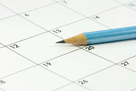 almanak: een kalender en een scherpe grafietpotlood Stockfoto