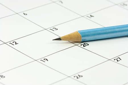 timetable: un calendario e una matita tagliente di piombo