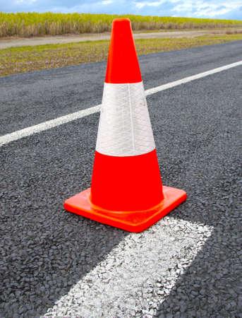 señales de transito: Los conos de tráfico o sombrero de brujas en la carretera