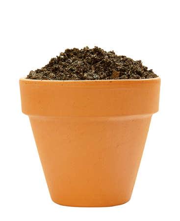 một nồi đất với đất trên nền trắng