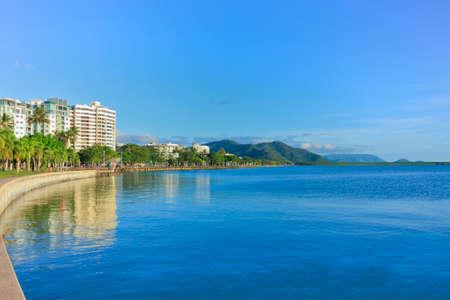 xem nhìn qua nơi dạo mát Cairns với mực nước trong