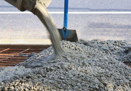 gieten van beton voor een nieuwe oprit aan de weg