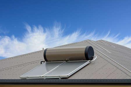 水を加熱する太陽からの屋根の上のソーラー パネル