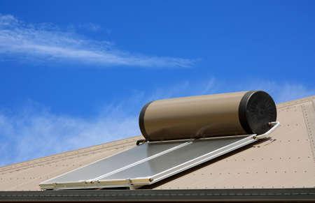 Panele słoneczne używane do podgrzewania wody na dachu