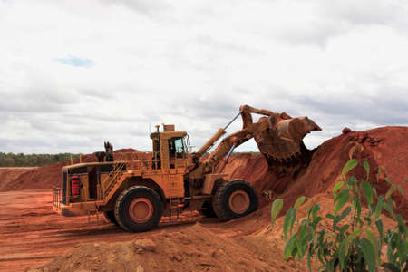 ウェイパ ボーキサイト鉱山の巨大な buldozer