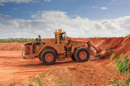 een enorme buldozer in de baipietmijn van Weipa