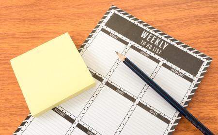 todo: Todo Liste hebdomadaire avec la note de papier et crayon Banque d'images