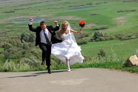 Bruiloft, bruid, trouwen, liefde, vrouwen, geluk, kleding, mensen, romantiek, viering, paar, vrolijk, vrouwelijk, bloem, glimlachen, mooi, volwassen, saamhorigheid, jonge, boeket, in openlucht, mensen, ceremonie, twee, pasgetrouwde, levensstijlen, wit, receptie, man, zijn Stockfoto - 14329739