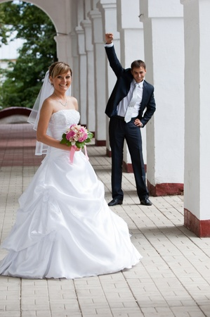 wedding, bride, married, love, women, happiness, dress, people, romance, celebration, couple, cheerful, female, flower, smiling, beautiful, adult, togetherness, young, bouquet, outdoors, men, ceremony, two, newlywed, lifestyles, white, reception, male, be Standard-Bild