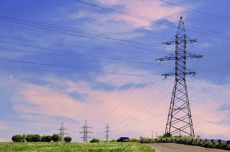 Poste de alto voltaje. Torre del cielo de alta tensión. Torre de electricidad paisaje transmisión. Concepto de energía
