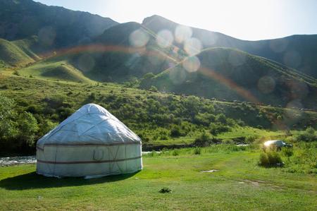berg yurt. Turgen 'kloof. Kazachstan. Tien Shan. een ronde tent van vilt of vellen op een opvouwbare kader, gebruikt door nomaden in Mongolië, Siberië, Turkije. en Kazachstan
