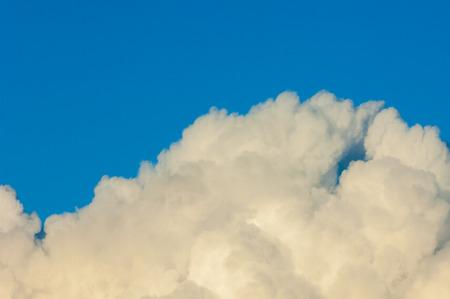 vapore acqueo: Cielo blu e nuvole illustrazione astratta. Nube contro il cielo blu, una massa visibile di vapore acqueo condensato che galleggia nell'atmosfera, in genere alto sopra la terra.