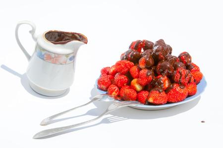 chocolate covered strawberries: Fresas cubiertas de chocolate. Fresas ba�adas en chocolate en barra de postres.