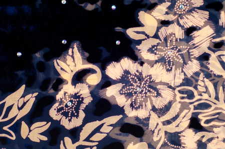 tela seda: Texture silk cloth. dark blue with gold-painted flowers Foto de archivo