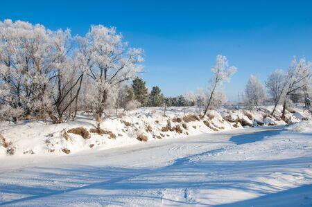 paisaje natural: paisaje natural cubierto de nieve en invierno Foto de archivo