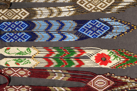 hombre rojo: Indio, indio, hombre de piel roja, piel roja, rojo indio, pampeana. Abalorios indio. Artes Visuales por los pueblos indígenas de las Américas Foto de archivo