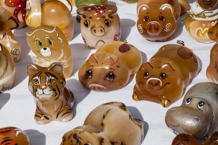 Tigereye. Tigerauge ist eine mikrokristalline, goldbraun bis goldgelb gestreifte Variett des Minerals Quarz.