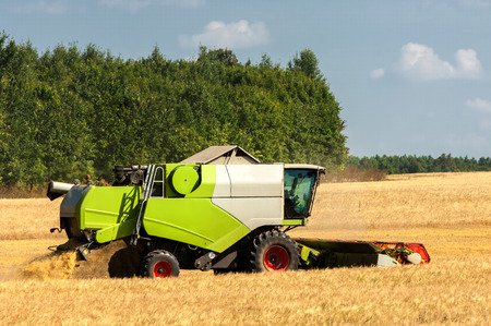 combine an agricultural machine that cuts Banco de Imagens - 44397571