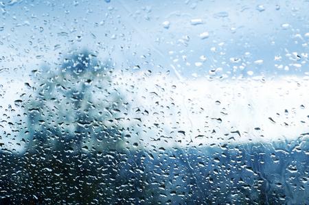 Drops of rain on glass. Raindrops on automotive glass Standard-Bild