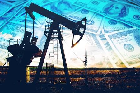 barril de petróleo: bomba de aceite. Equipo de industria petrolera. foto filtrada del gato de la bomba de aceite. Petróleo y gas. Trabajo de jack de bomba de aceite en un yacimiento de petróleo. Foto de archivo