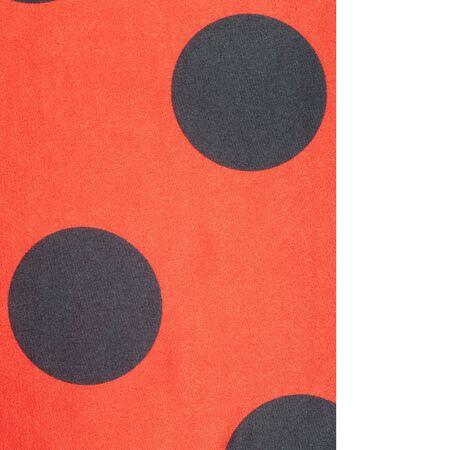 lunares rojos: Tela roja lunares, textil, tela, tela, material, textura. o se relacione con tela o tejido. Foto de archivo