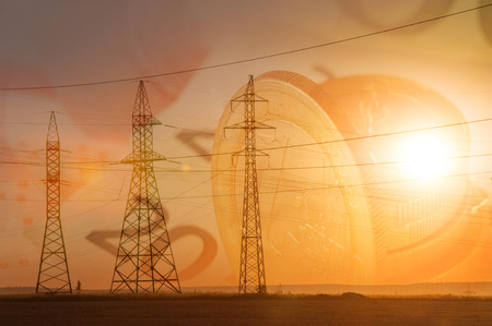 banconote euro: Ad alta tensione linea di trasmissione di potenza. pilastri energetici. Al tramonto, l'alba. alta tensione. Le banconote in euro