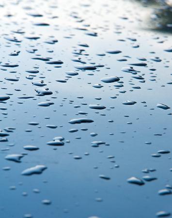 precipitación: La textura de fondo. Gotas de agua en la pintura. La precipitación en forma de gotitas de agua. Foto de archivo