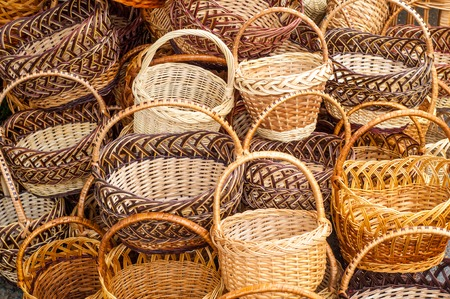 Wicker is a material made of plant stalks, branches or shoots formed by a kind of weaving into a rigid material, basket, pannier, car, chip basket, corf, nacelle Banque d'images