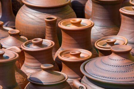 Textura, fondo. Cerámica. ollas, platos y otros artículos de loza o barro cocido. La cerámica se puede dividir a grandes rasgos en la cerámica, porcelana, gres y.
