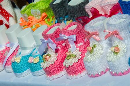 Textura, fondo, patrón. zapatitos de bebé, zapatos para bebés. Los zapatos con suela blanda para los más pequeños Foto de archivo
